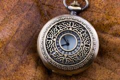 Relógios de bolso clássicos do estilo retro em uma parte de tela imagens de stock royalty free