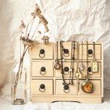 Relógios de bolso do vintage em uma guarda-joias Fotos de Stock Royalty Free