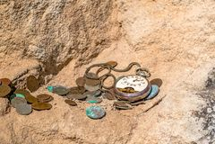 Relógios de bolso quebrados e moedas velhas em um penhasco Fotos de Stock Royalty Free
