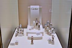 Relógios de Cartier na loja do showcase fotografia de stock