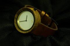 Relógios de madeira rústicos feitos a mão no fundo claro preto fotografia de stock royalty free