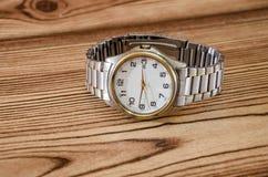 Relógios de pulso no fundo de madeira imagens de stock