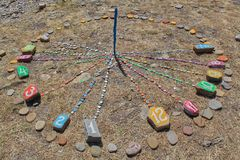 Relógios de sol coloridos na praia no verão para ajudar o turista fotos de stock royalty free