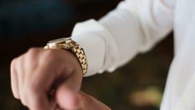 Relógios do ` s dos homens no braço vídeos de arquivo