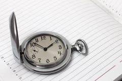 Relógios e caderno velhos de bolso Fotografia de Stock Royalty Free