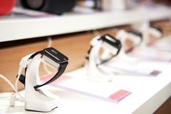 Relógios espertos no contador de uma loja da eletrônica fotos de stock royalty free
