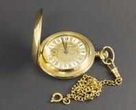Relógios feitos do metal amarelo fotografia de stock