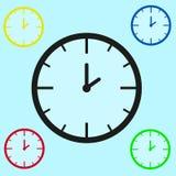 Relógios mecânicos de cores diferentes em uma luz - fundo azul Imagem de Stock Royalty Free