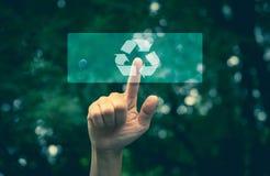 Relação da ecologia do botão da pressão de mão com reciclagem da seta Fotos de Stock