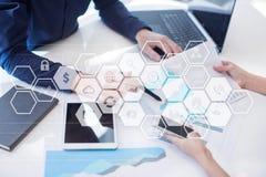 Relação da tela virtual com ícones das aplicações apps Conceito da tecnologia do Internet do planeamento da estratégia Fotos de Stock Royalty Free