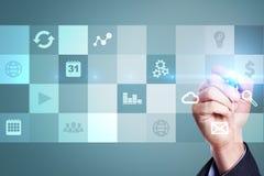 Relação da tela virtual com ícones das aplicações Conceito da tecnologia do Internet Foto de Stock