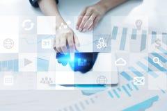 Relação da tela virtual com ícones das aplicações Conceito da tecnologia do Internet Fotos de Stock