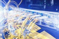Relação do conector ótico da fibra Saque do cabo da fibra com estilo da tecnologia contra o fundo da fibra ótica imagem de stock royalty free