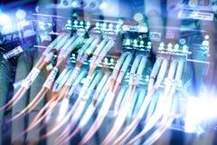 Relação do conector ótico da fibra Saque do cabo da fibra com estilo da tecnologia contra o fundo da fibra ótica fotos de stock royalty free