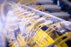 Relação do conector ótico da fibra Saque do cabo da fibra com estilo da tecnologia contra o fundo da fibra ótica fotos de stock