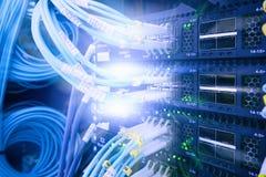 Relação do conector ótico da fibra Saque do cabo da fibra com estilo da tecnologia contra o fundo da fibra ótica foto de stock