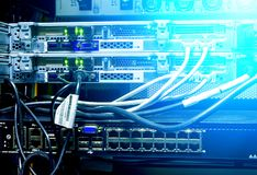 Relação do conector ótico da fibra Submeta servidores montados em uma sala do servidor, cabo do áudio da cremalheira do servidor  fotografia de stock royalty free