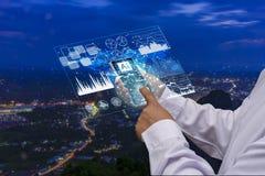 Relação futura da tecnologia Trabalhar com a tecnologia futura chamada inteligência artificial e homens de negócios do Ai usa esp foto de stock royalty free