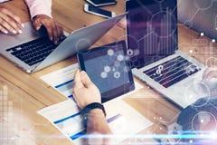 Relação virtual do diagrama do ícone da conexão global que introduz no mercado Reserch Negócio Team Brainstorming Meeting Colegas foto de stock royalty free