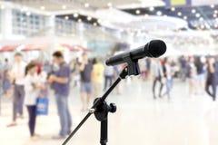 Relações públicas do microfone Blurred muitos povos dentro do salão do evento do shopping do armazém dentro do fundo fotos de stock