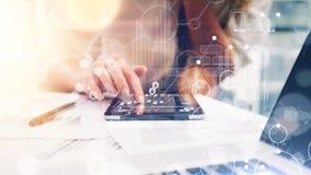 Relações virtuais do gráfico da inovação do ícone da estratégia global A mulher de negócio analisa o processo do relatório da reu foto de stock royalty free