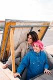 Relación adolescente feliz sonriente de los pares del inconformista Fotografía de archivo libre de regalías