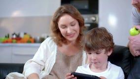 Relación de familia entre el hijo, el padre y la madre felices almacen de video
