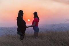 Relación de la puesta del sol de la hija de la madre Imagen de archivo
