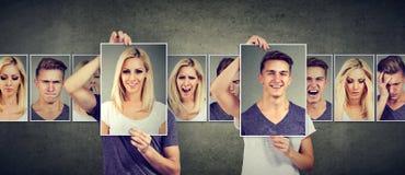 Relación equilibrada Mujer enmascarada y hombre que expresan diversas emociones que intercambian caras fotos de archivo libres de regalías