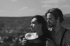 Relación romántica, hombre que abraza a la muchacha el día soleado en la montaña foto de archivo libre de regalías