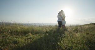 Relaci?n y amor Pares preciosos junto en la monta?a almacen de metraje de vídeo