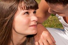 Relacionamento de assento feliz do amor dos pares novos Imagens de Stock