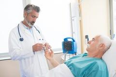 Relacionamento do paciente e do doutor imagem de stock