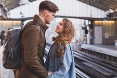 Relacionamento interurbano, par no estação de caminhos-de-ferro fotografia de stock royalty free