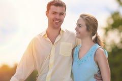 Relacionamentos caucasianos felizes dos pares Queridos no parque Fotos de Stock Royalty Free