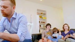 Relaciones de familia felices en una casa moderna almacen de metraje de vídeo