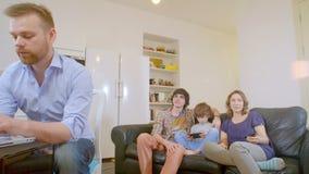 Relaciones de familia felices en una casa moderna metrajes