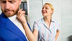 Relaciones de los colegas de oficina Agresión sexual y acoso en el lugar de trabajo Acoso sexual de la mano de obra Secretaria de foto de archivo