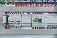 Relais, disjoncteurs, protection de moteur et modules d'extension de contrôleurs photographie stock libre de droits