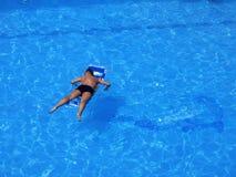 Relajándola la piscina Fotografía de archivo libre de regalías