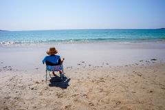 Relajándose en la playa y disfrutar del paisaje marino en ALanzada, España imagenes de archivo