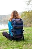 Relaja la sentada turística en la hierba Fotografía de archivo libre de regalías
