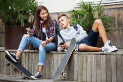 Relajación adolescente con los teléfonos móviles Fotografía de archivo libre de regalías