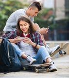Relajación adolescente con los teléfonos móviles Foto de archivo libre de regalías