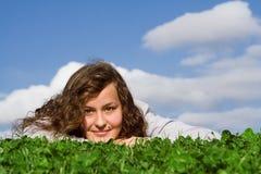 Relajación adolescente feliz en summr Fotos de archivo