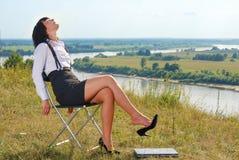 Relajación atractiva de la señora joven imagen de archivo