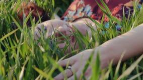 Relajación bonita de la muchacha al aire libre en hierba verde metrajes