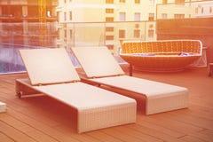 Relajación cerca de la piscina en el tejado foto de archivo libre de regalías