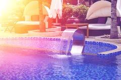 Relajación cerca de la piscina hermosa: sofá de lujo imágenes de archivo libres de regalías