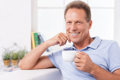 Relajación con café fresco y las últimas noticias Fotos de archivo